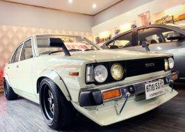 ไม่เห็นค่า พันห้าก็ว่าแพง นักเลง80 รถซิ่งเตี้ยแป๊กๆ เรโทรหน้าพาเลซ DX KE70 4K 1980 พร้อมขับโชว์สาว